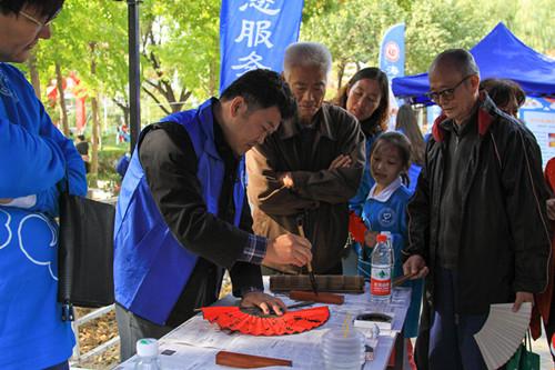 """海淀区志愿服务联合会开展北京市""""志愿家庭""""行动计划海淀区推进活动暨海淀区""""志愿家庭之星""""分享交流展示活动。"""