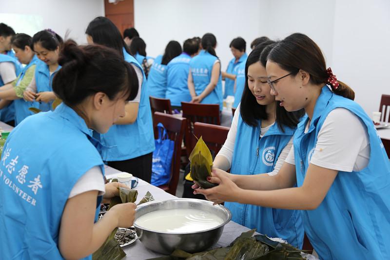海淀区志愿服务联合会开展优秀志愿者包粽子活动