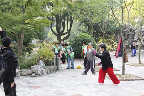 三亚湾合唱队队员在公园开展护绿清洁家园行动