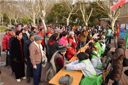 每月15日的党员为民服务活动现场