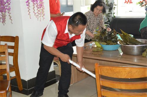 包完粽子志愿者打扫战场