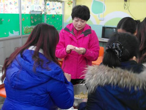志愿者和孩子们一起包饺子