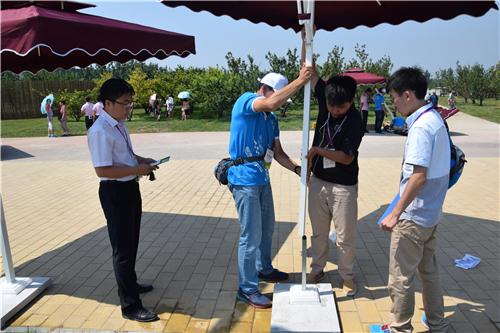 2014年7月26日为世葡园志愿者撑伞