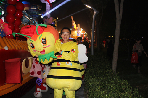 4.1、高校志愿者张嘉宇配合花车巡游扮小V蜂人偶
