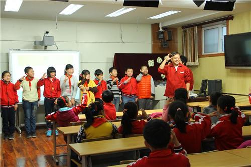 吕嘉珩带领手语队在学校开展手语第二课堂
