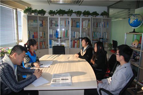 4 2013年12月20日,于北京志愿者之家,作为12355志愿者注册计时咨询热线项目负责人,为即将上岗的志愿者做面试培训
