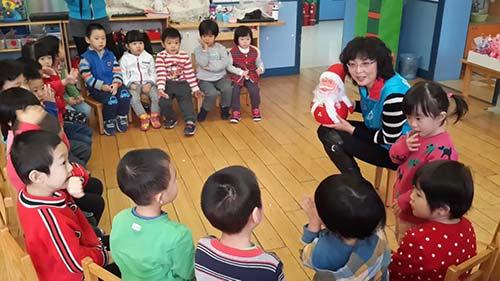 """""""心飞扬""""青少年志愿者联盟的老师给孩子们授课"""