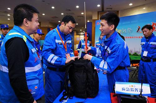 3-应急志愿者展示应急装备