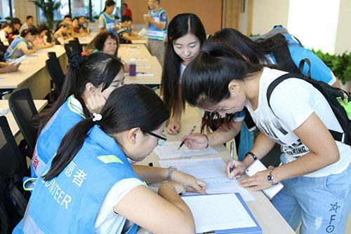 2-应急志愿者井然有序的进行签到、领取培训教材