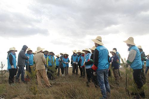 3-理纯教授为绿化志愿者211团讲解植树流程