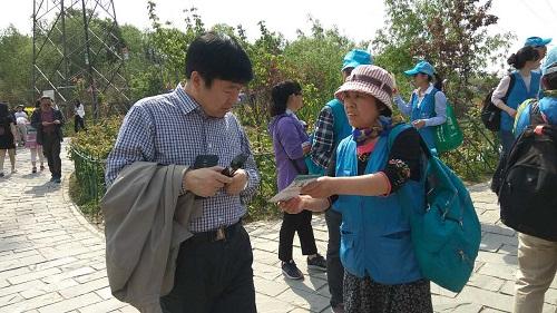 志愿者向游客宣传控烟知识