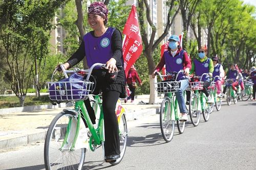 志愿者绿色骑行中
