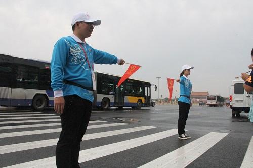 志愿者在广场东侧路开展服务