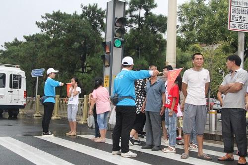 志愿者引导游客同时解答游客问询