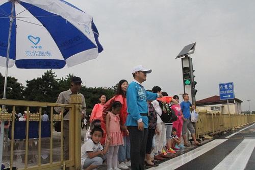 志愿者提醒游客红灯止步礼让斑马线