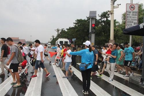 志愿者引导游客秩序通过斑马线1