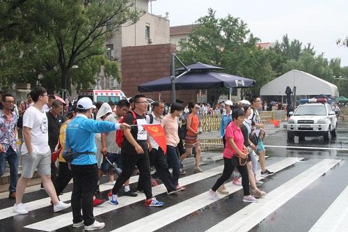 志愿者引导游客秩序通过斑马线2