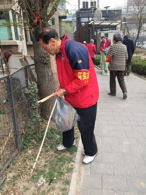 志愿者清理社区垃圾1