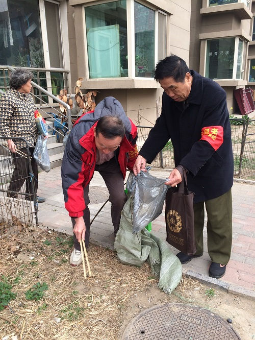 志愿者清理社区垃圾2
