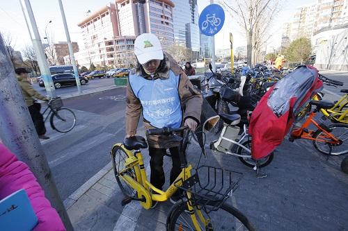 志愿者对路边单车进行规范停放1