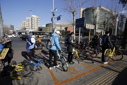 志愿者对路边单车进行规范停放2