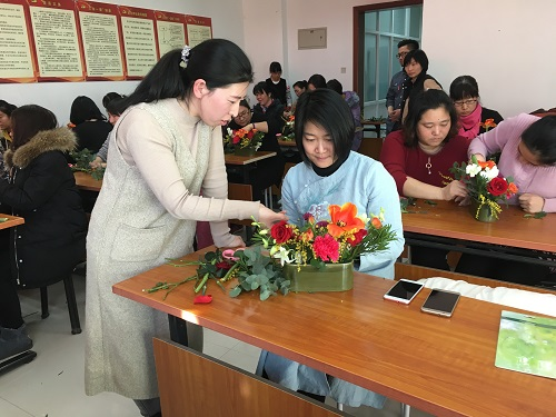 志愿者老师指导居民插花