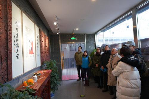 2-志愿者们参观北京西鹤年堂中医医院文化长廊
