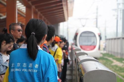"""1-志愿者""""守望""""站台 引导乘客有序乘车"""