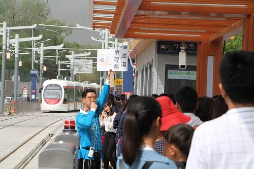 5-志愿者自制手举牌 方便乘客快速出站