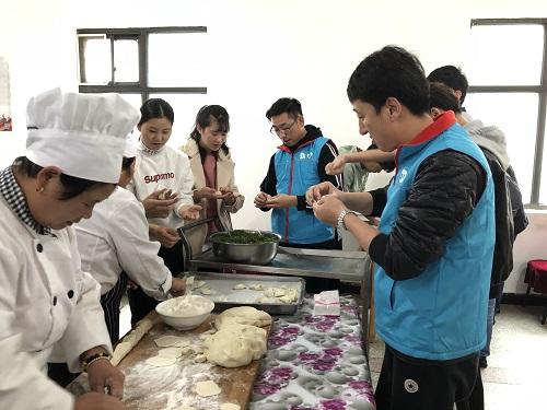 2-志愿者与敬老月的工作人员一起为老人包饺子