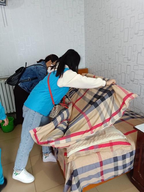 4-志愿者为老人铺床