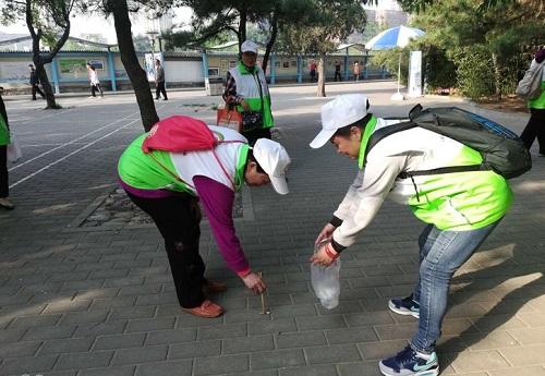 志愿者在公园清理地面残留垃圾2