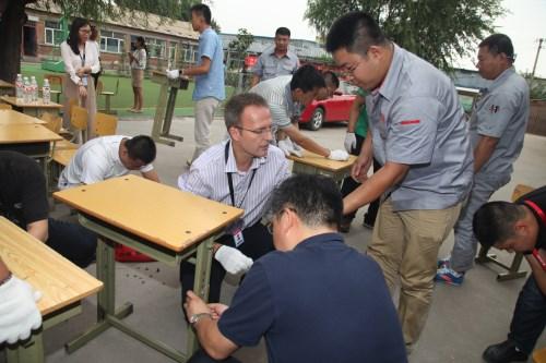 志愿者自己动手,更换安装300套新桌椅