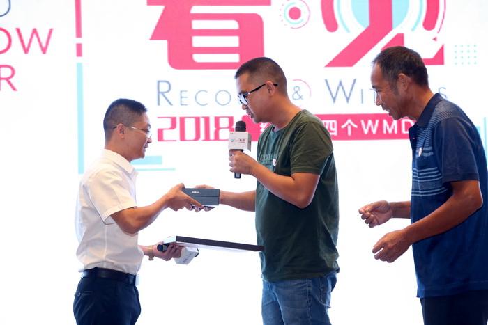 造血干细胞捐献者冯华宇(左)和受捐者刘永平(中)互赠纪念品(网站)