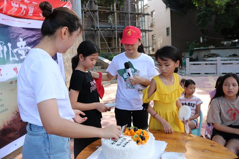 志愿者为留守儿童过集体生日