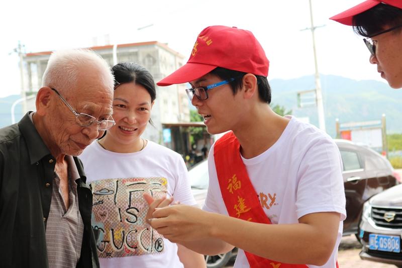 志愿者向农村老人传授健康护理知识