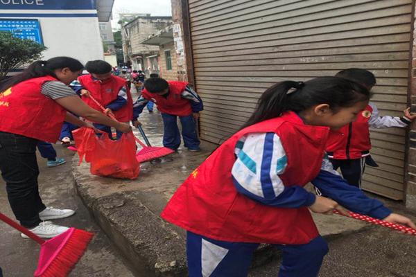 钟山区场坝社区开展小志愿者义务劳动活动