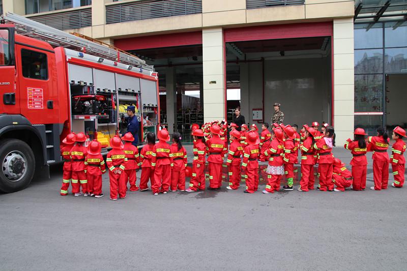 消防志愿者为小朋友讲解消防车的用途