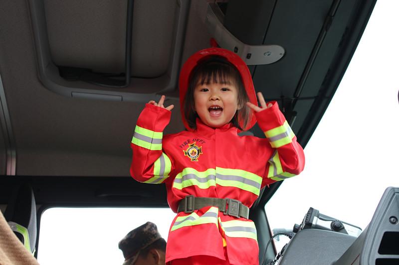 小朋友参观消防车
